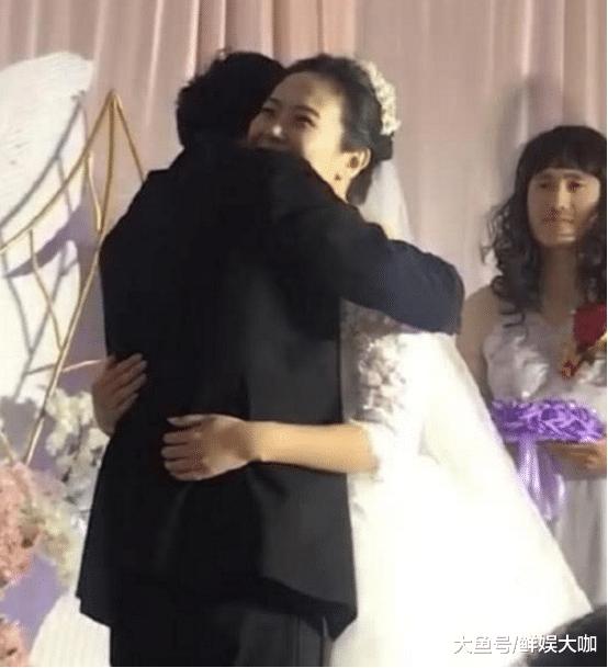 结婚现场中新郎新娘拥抱,网友却被后面的伴娘吸引:求联系方式!