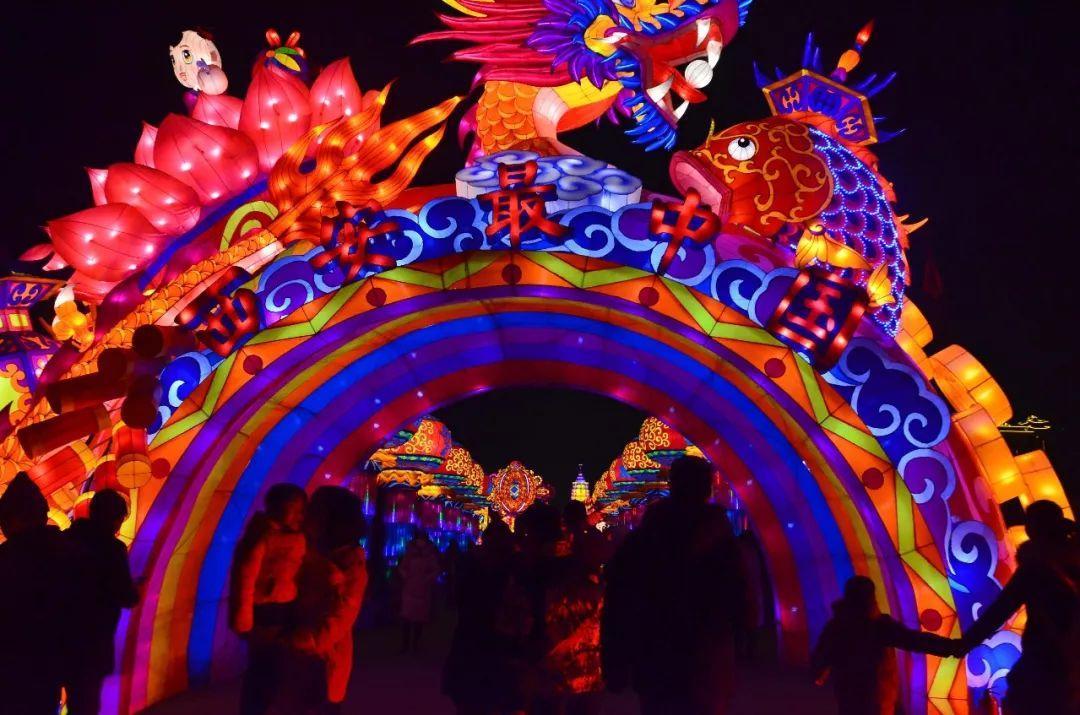 花灯造型众多,有动物有植物有人物,比如有很多莲花,鱼的造型,寓意年年