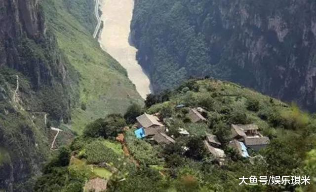 四川一个被湮没的悬崖村, 出门仅一条路可走, 垂曲高差近一千米