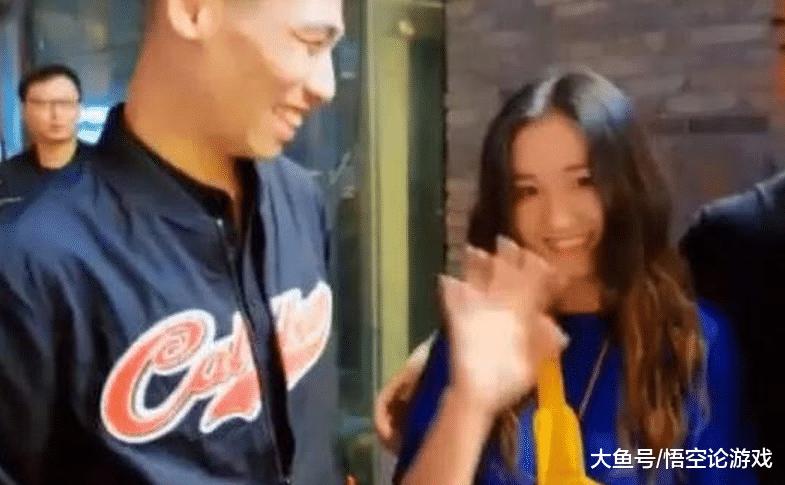 旭旭宝宝遇到首位女粉丝!看到他们的合影后,800万勇士笑哭了