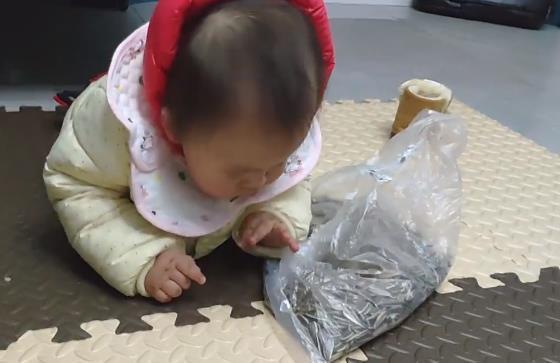 宝宝找到一袋瓜子却拿不出来, 萌宝想出的办法, 让网友笑翻了
