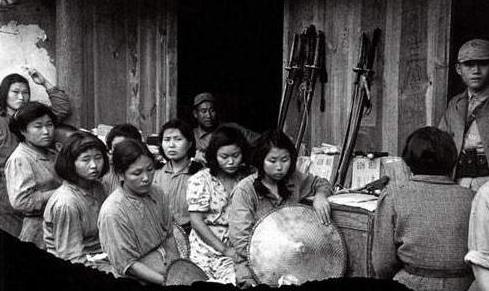 二战竣事后,40万好军在日本驻扎7年,留下的混血儿子女哪往了?