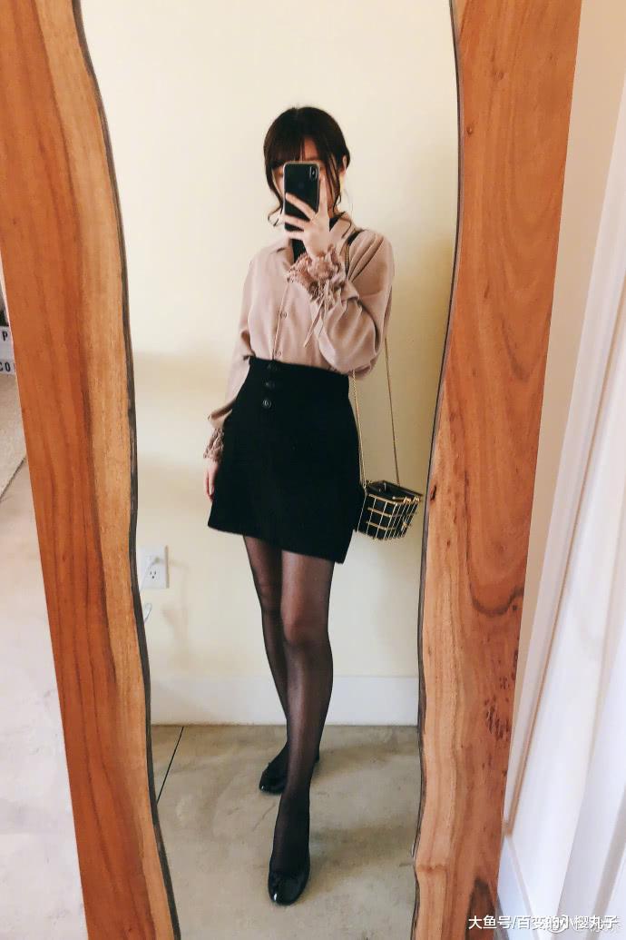 缓娇拼命改正XO型腿,穿黑丝袜变御姐,网友却道镜子皆P变形了!