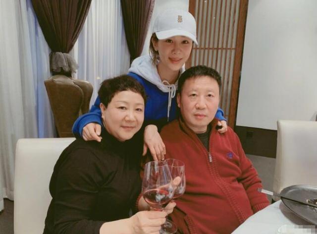 杨紫晒取爸妈齐家福,爸妈超有伉俪相,一家人甜美的让人羡慕!