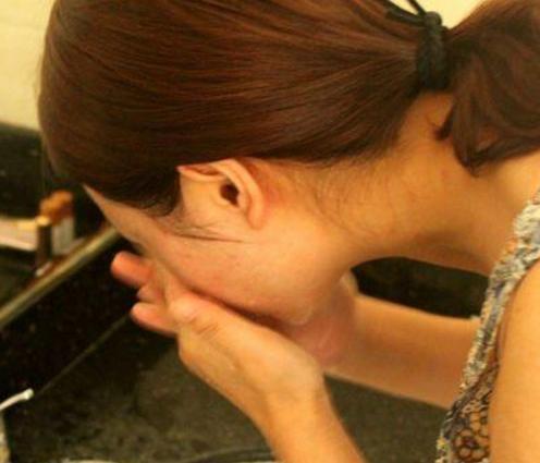 洗脸别再傻傻只用洗面奶, 时尚女教你一招, 让皮肤越洗越白嫩