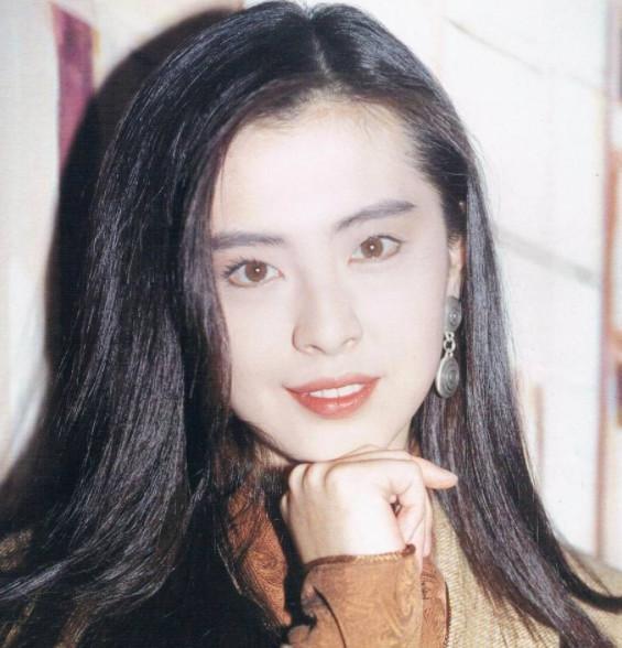 王祖贤拍戏时坐在刘德华腿上,华仔手的位置暴露了其真实人品
