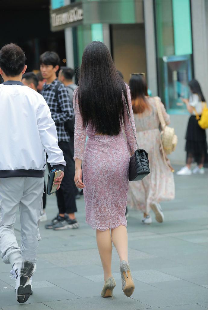 粉色镂空长裙,简单又显身材,女人味十足