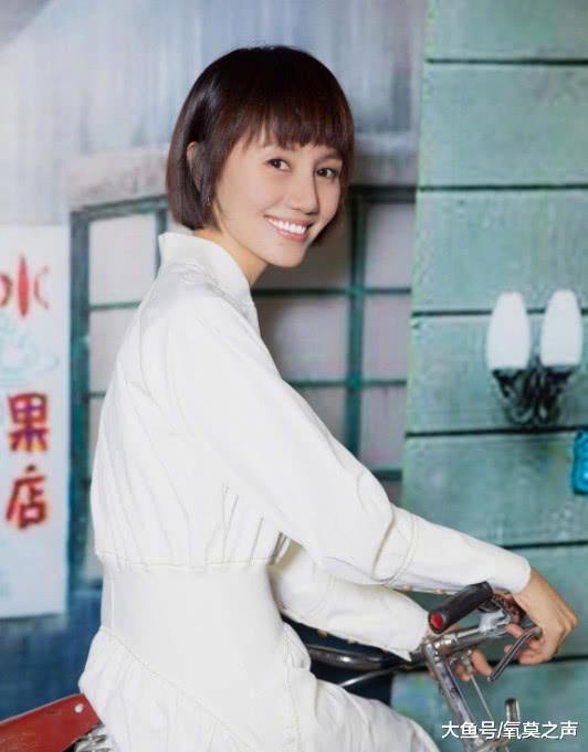 42岁袁泉机场基础穿搭太有范了,针织衫搭配黑裤穿出少女感