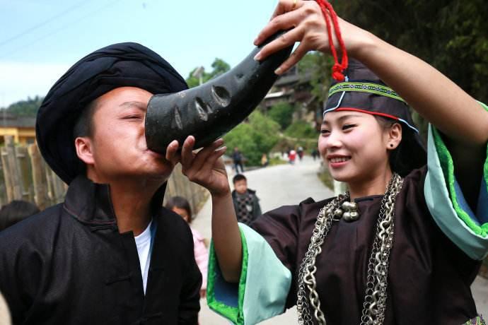 日本人到中国苗寨旅游, 看到本地人如许的衣饰, 感慨: 不念返国了