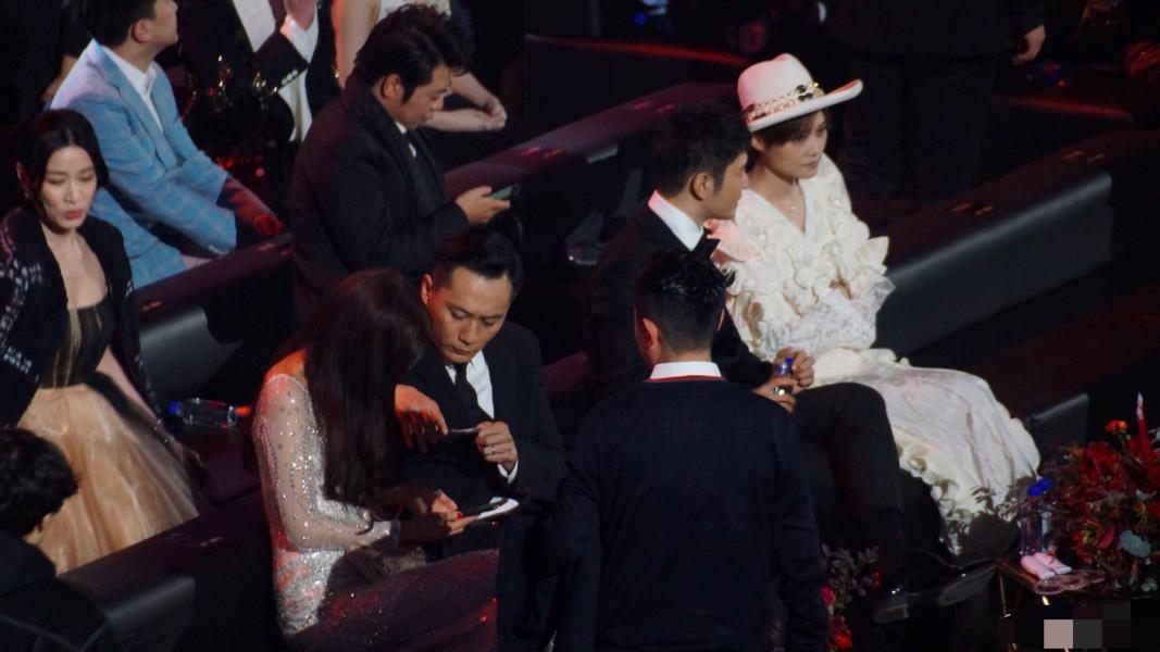 """林志玲不惧眼力, 对刘烨密切上演""""捧脸杀"""", 身旁黄晓明里露为难"""