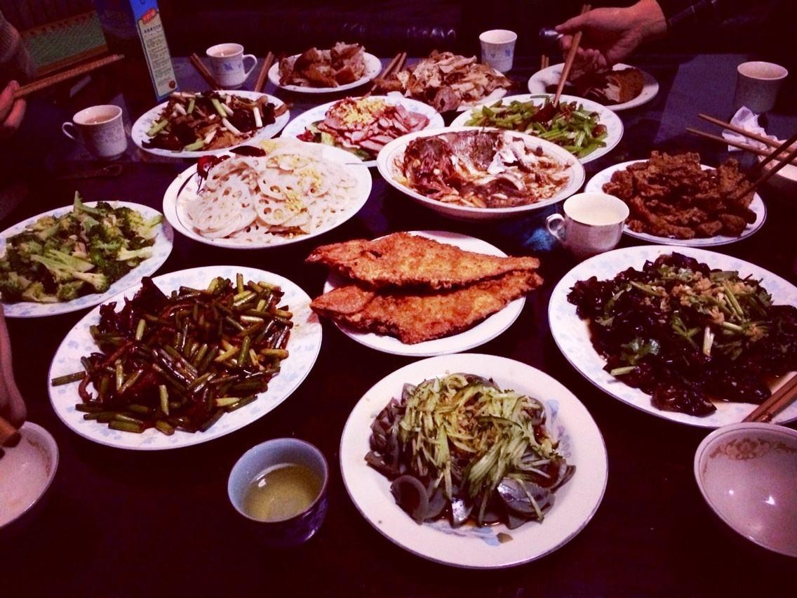 """年夜饭在家里吃和在里面吃,哪个更""""划算""""?泰半家庭挑选如许做"""