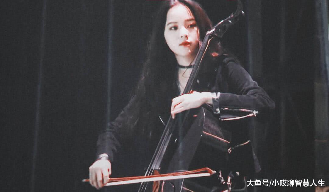 欧阳娜娜穿一身酷黑造型帅感十足,当她拉起大提琴时撩翻众人