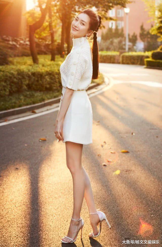 """她是胡歌承认过的女友,33岁大胆挑战穿""""例假裙"""",汁液沾满两腿"""