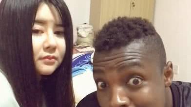 黑人小伙和漂亮女友秀恩爱, 一个镜头暴露出美颜和现实差距太大