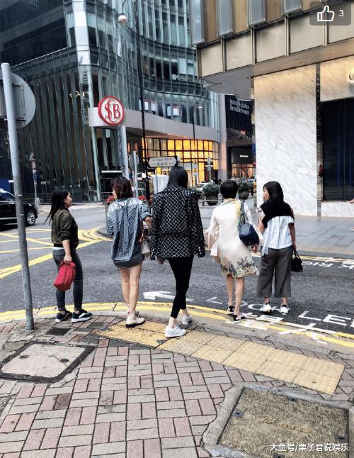奚梦瑶与何猷君妈妈逛街被偶遇,看起来婆媳关系很和谐!