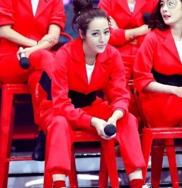 """为什么迪丽热巴坐下时总是张开双腿?粉丝的话真是太""""一针见血"""""""