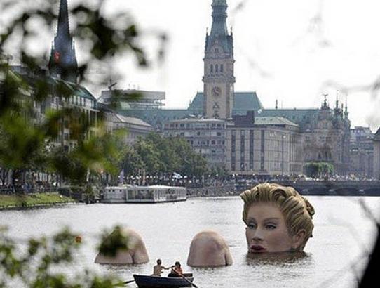 """?世界上""""最污""""的雕像,为何这样躺在湖里?本地人建议拆除"""