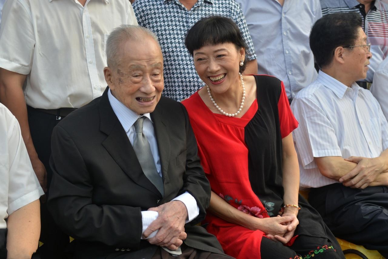 气质女子嫁大42岁丈夫, 如今丈夫已衰老, 妻子的爱却从未减少