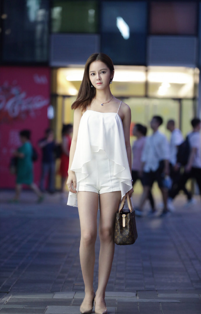 夜色中的美女,清新脱俗的白色系穿搭,像是自带聚光效应