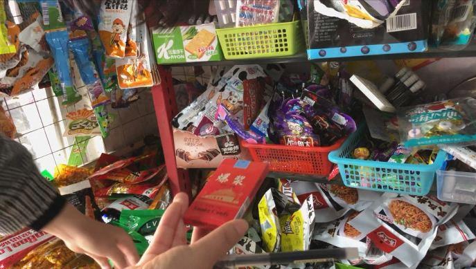 """小教外行夹""""卷烟"""" 教校周边文具店卖这类整食太可怕"""