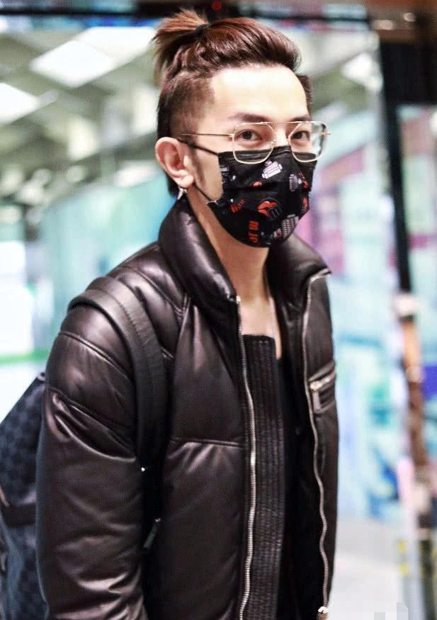 """汪东城表态机场, """"牛奶肌""""让人羡慕, 脚上的黑胶靴却被划开了心"""