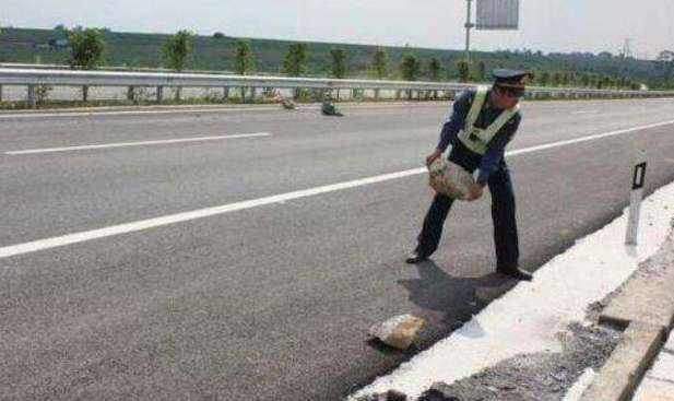 跑高速车速120前方有石头咋办?老司机:别急刹也别躲,如许最平安