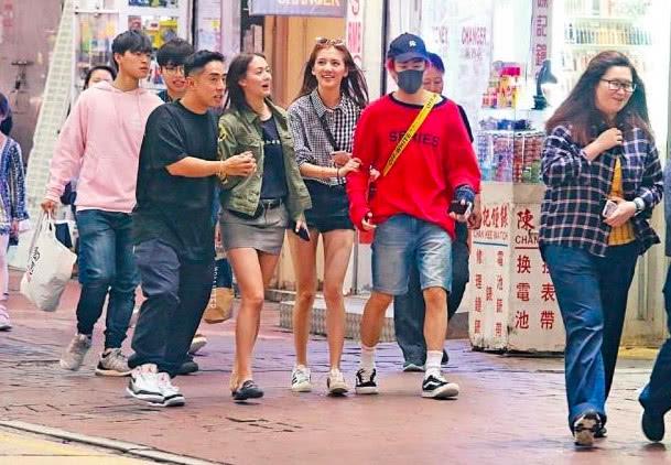 偶遇吴千语和友人逛街,林峰前女友换发型玩投篮美而不自知