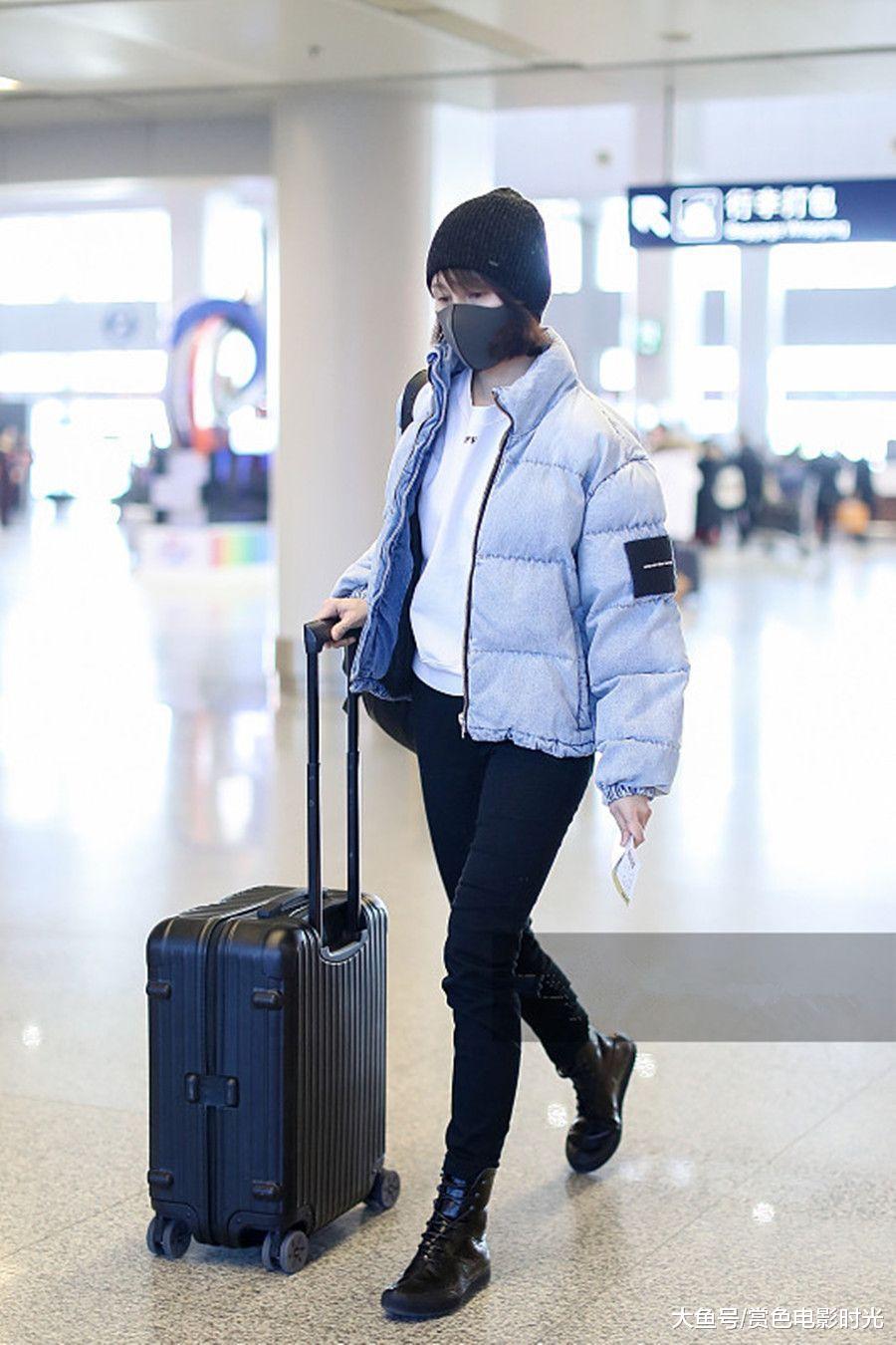 袁泉穿天蓝色羽绒服配玄色长裤现身 自履行李垂头狂奔秀年夜长腿