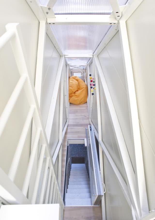 住那里太憋伸!1米5夹缝中盖栋32仄房,张开单臂便能碰着双方墙壁