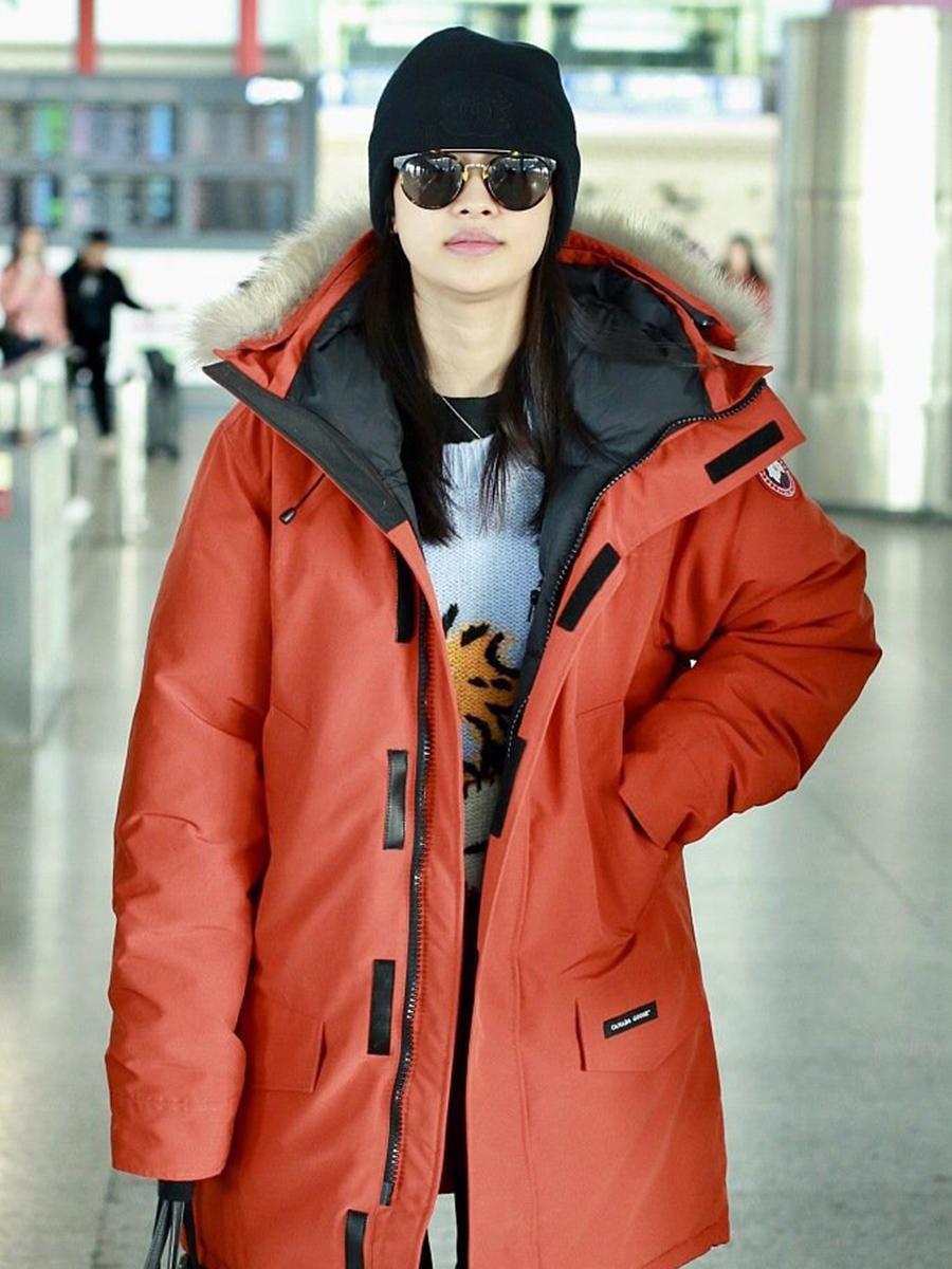 29岁泰妍与25岁孙怡,同样是裤脚开叉,怪不得都说韩国人会穿!