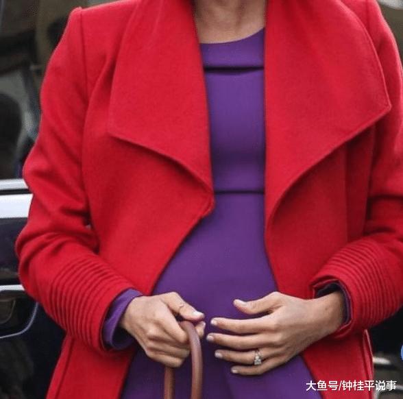 梅根和丈夫哈利同出门,梅根又在乱穿衣!红色大衣非要配紫连衣裙,不仅臃肿还显孕肚