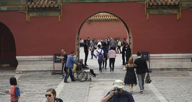 为什么景区里的国人几乎人手一个单反,而外国游客都用卡片相机