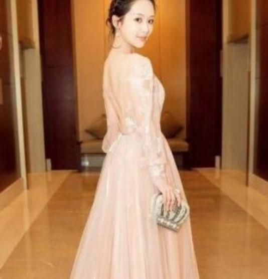 被路人拍到赘肉溢出裙子的杨紫, 怎样复肥成如许了?