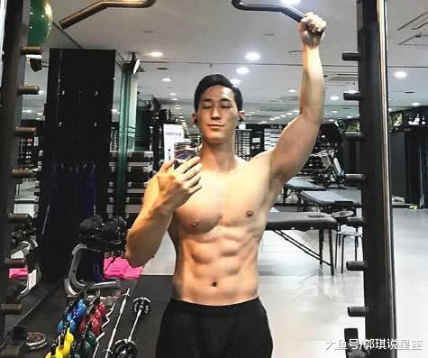 26岁帅男一身肌肉,看到他女友的身段,网友:我也要健身!