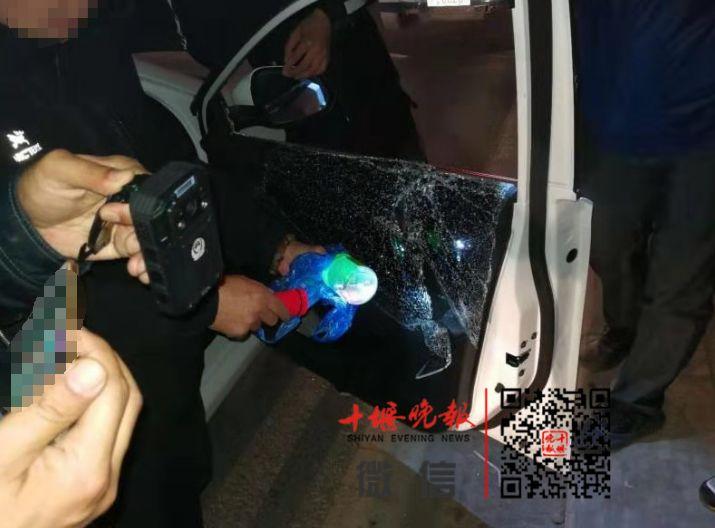 凌晨2点,民警突然持枪包围一辆轿车!