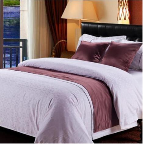 """为何酒店的床尾要铺一条""""床旗""""? 盖不行, 擦也不行, 有什么用?"""