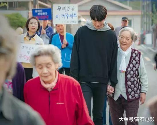韩国恋爱新剧,豆瓣8.5,少女韶光穿越救回爸爸,本身酿成奶奶