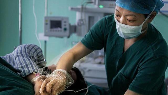 """剖腹產手術室和順產產房, 產婦太緊張咋辦? 醫生的""""段數""""太高了"""