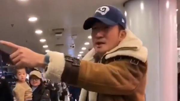 吴京机场怒斥直播者,三度挥手警告有小孩,脸上表情严肃超男人