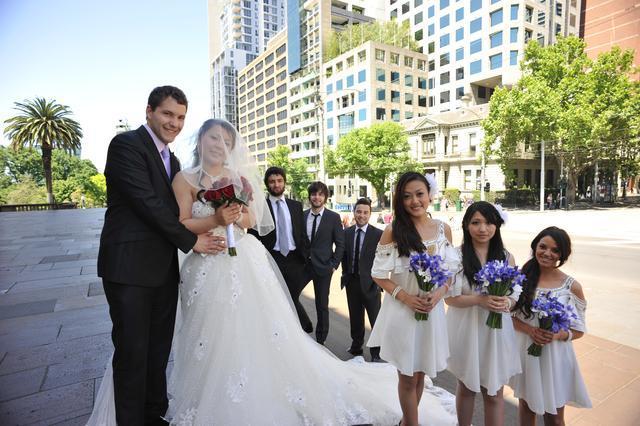 男子连嫁两任跨国丈夫,再婚时被赠千仄别墅,老公随她姓