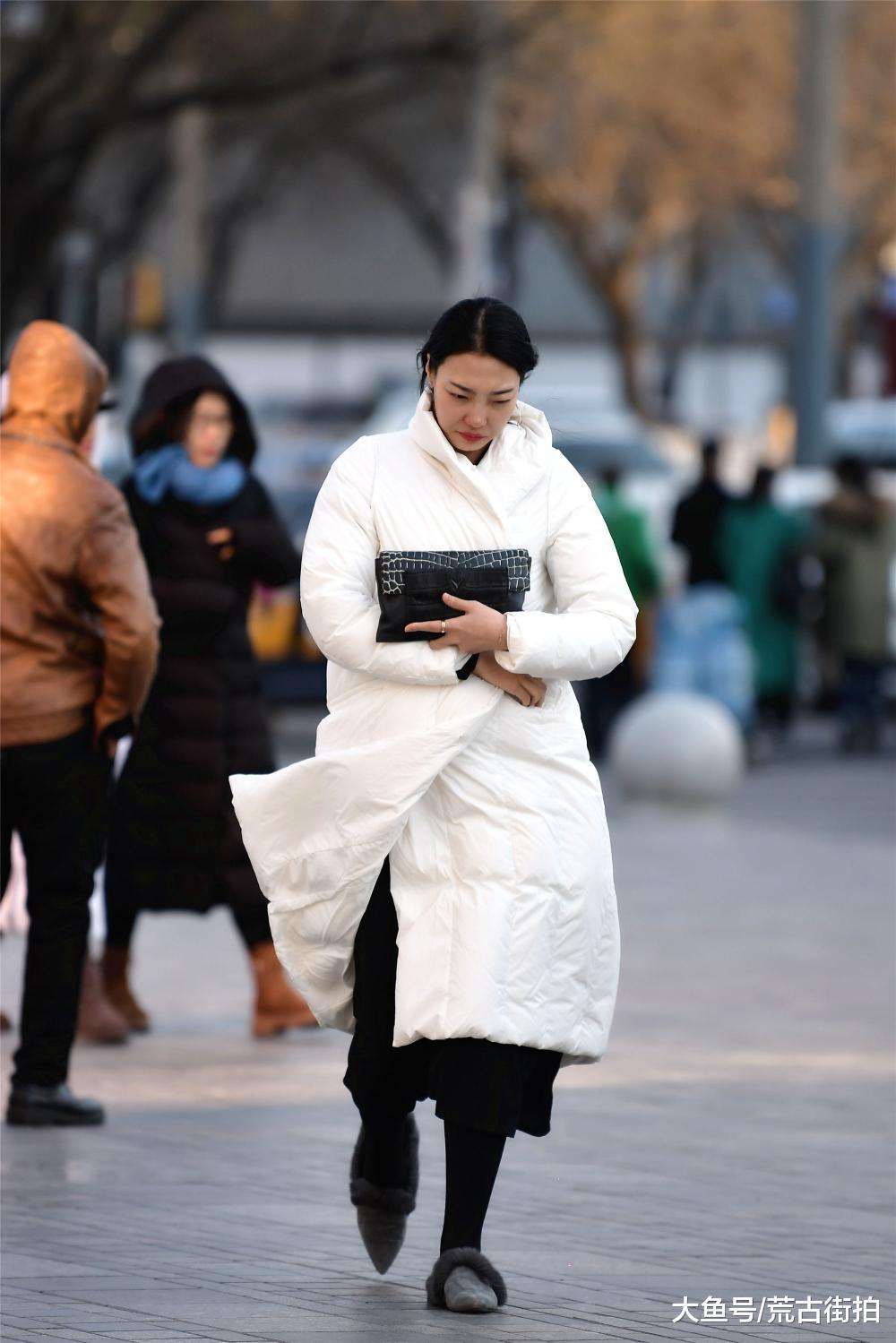 长款羽绒服,裹在身上似乎比拉上拉链更保暖