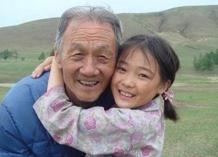 两人同演《暖春》,一位多年后与爷爷相见场面感人,她却成为路人