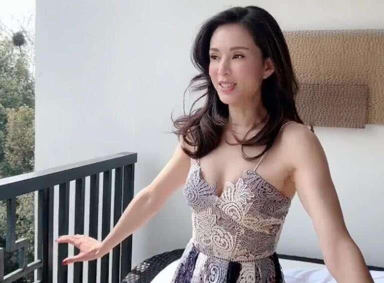 """李若彤真是不老妖精,一身""""开胃蛋液裙""""美到犯规,网友:原谅尹志平了"""