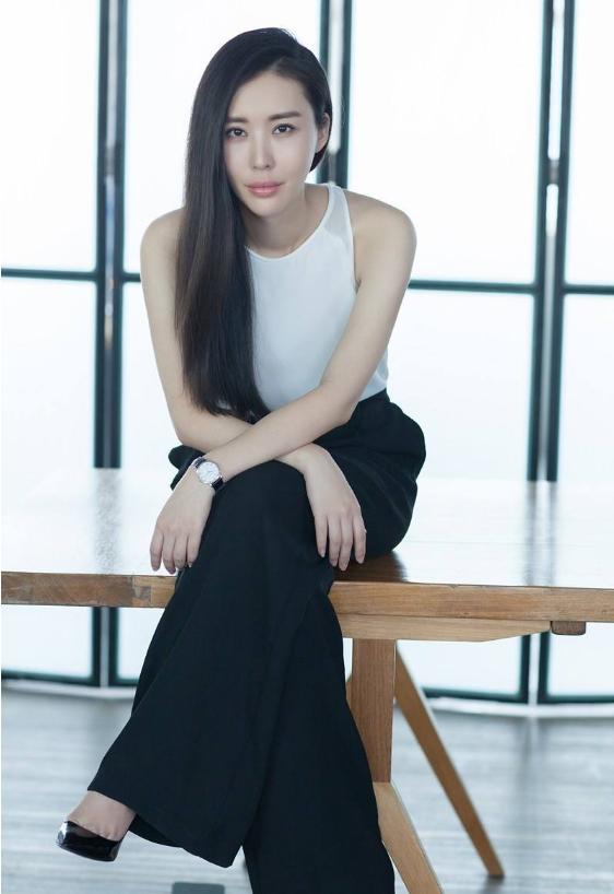 相差30岁也甜美, 田朴珺背景为王石整衣服, 还蹲天为对方系鞋带
