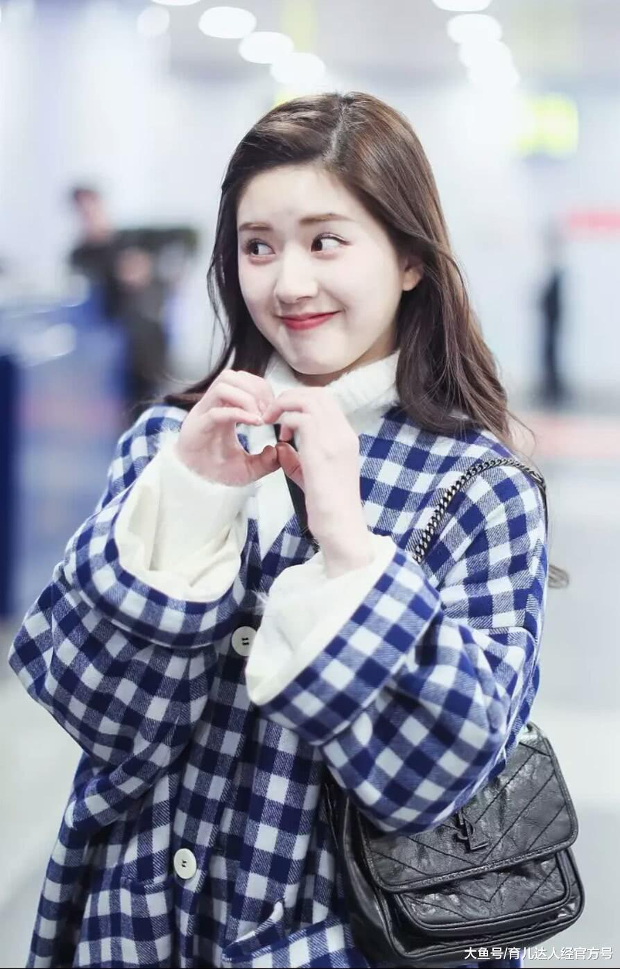 赵露思走机场,穿大衣俏皮可爱比心心,完全被可爱到了
