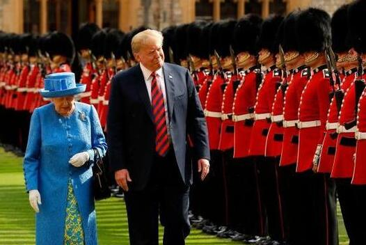 特朗普见英国女王,再看普京见英国女王,网友:我们不一样