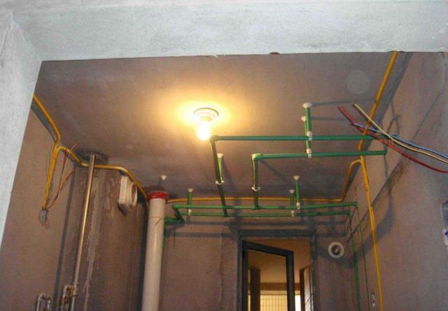 房子水管到底走顶还是走地?若不是老师傅指点,装修差点就被坑了