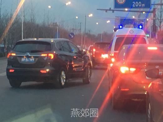 燕郊圈App:今早白庙免费站,救护车被多辆公家车加塞!