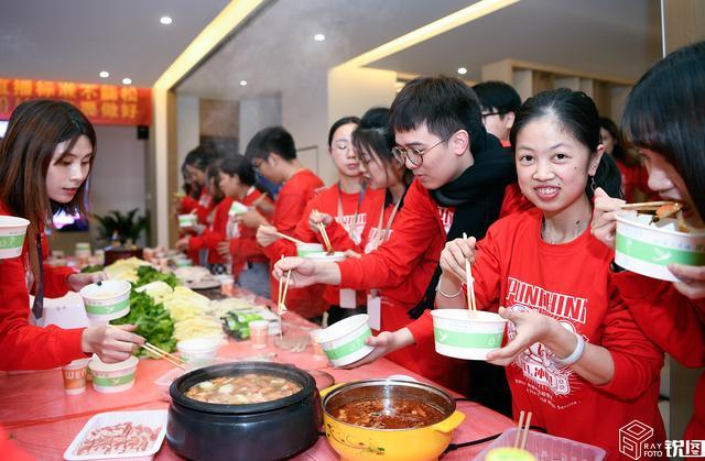 双11像过年 杭州电商公司吃火锅宴 K歌 看猫晚 现场嗨翻天