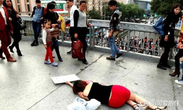 女子倒在拱桥上无人搀扶,一位小伙的举动,她决定以身相许